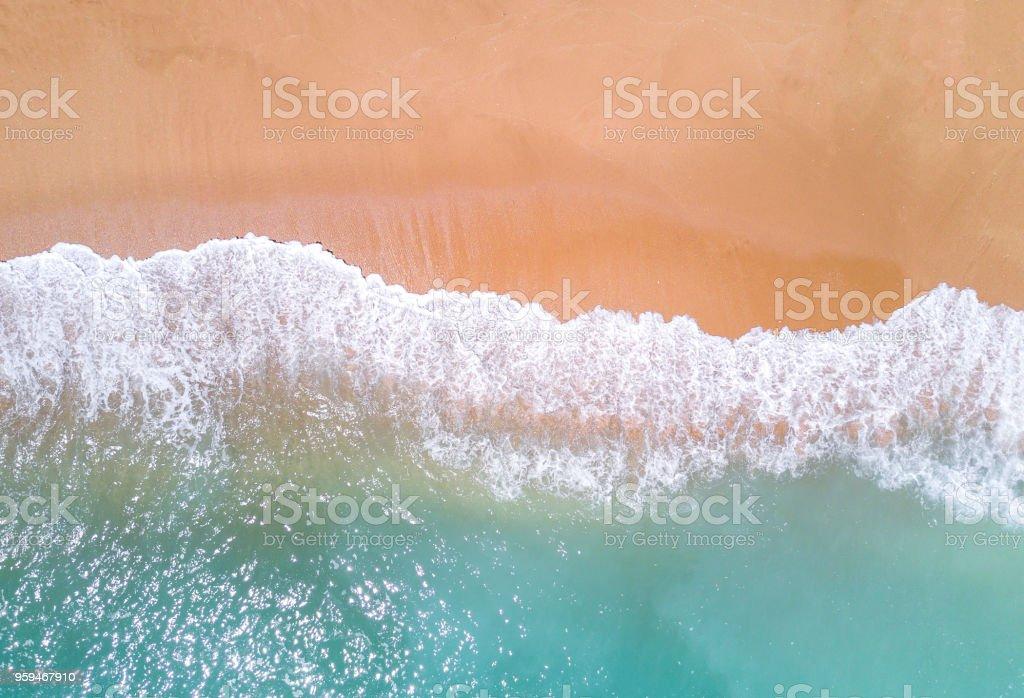 Luftaufnahme des tropischen Sandstrand und das Meer. – Foto