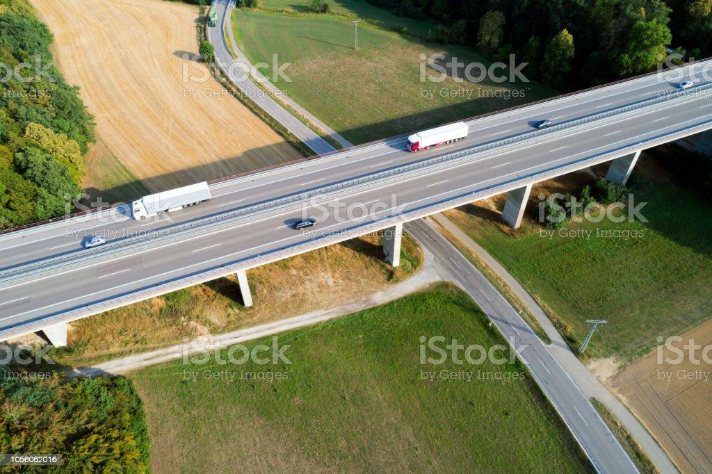 Luftaufnahme von LKW und Pkw auf der Autobahnbrücke – Foto