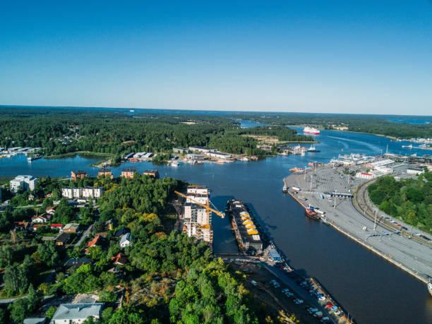 flygfoto över åbo och aura å med fartyg och varvet - drone helsinki bildbanksfoton och bilder