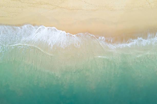 vista aérea de la ola del océano turquesa que llega a la costa. hermosa playa tropical desde la vista superior. mar de andamán en tailandia. el concepto de vacaciones de verano - playa fotografías e imágenes de stock