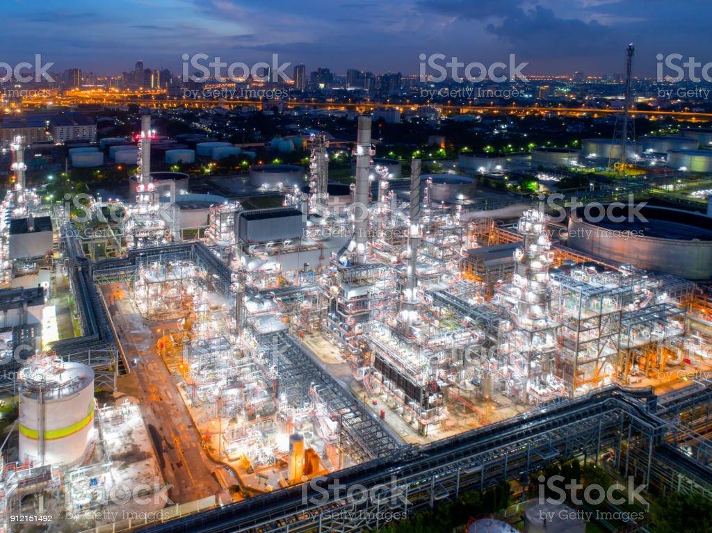 Luchtfoto van schemering van olieraffinaderij, schot van gedreun van de olieraffinaderij en petrochemische plant in de schemering, Bangkok, Thailand foto