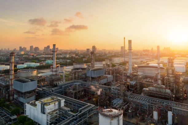 정유의 황혼의 항공 보기 석유 정유 공장, 정유 석유화학 공장 황혼, 방콕, 태국에서의 무인 항공기에서 촬영 - 산업 뉴스 사진 이미지