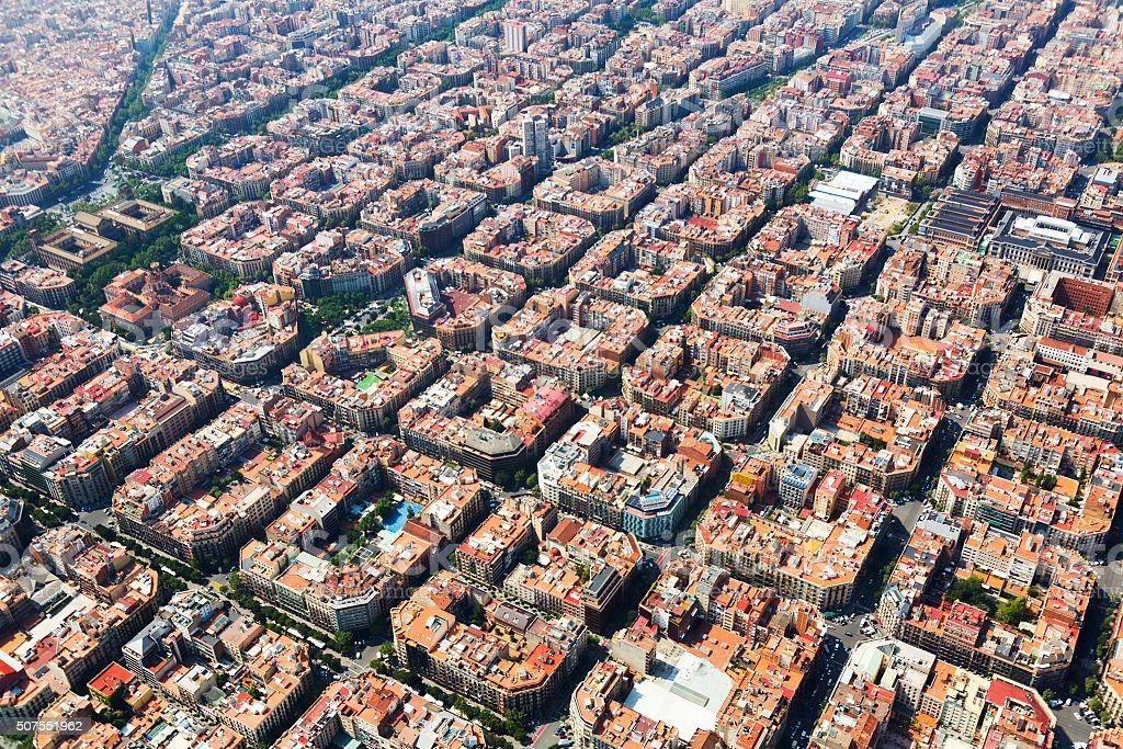 Típico Vista aérea de los edificios del distrito Eixample. Barceló - foto de stock