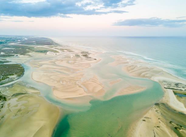 Luftaufnahme des einzigartigen Ria Formosa in Fuseta, Algarve, Portugal – Foto