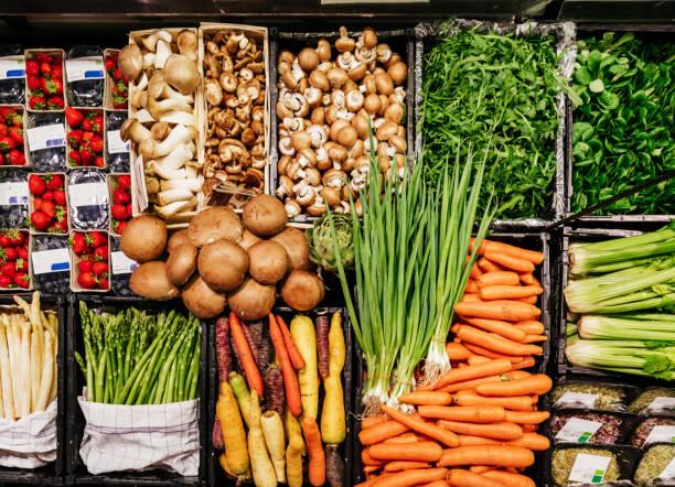 vista aérea de varias verduras en el supermercado - vegana fotografías e imágenes de stock