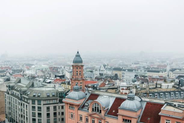 Luftaufnahme der Stadt Wien im Nebel – Foto