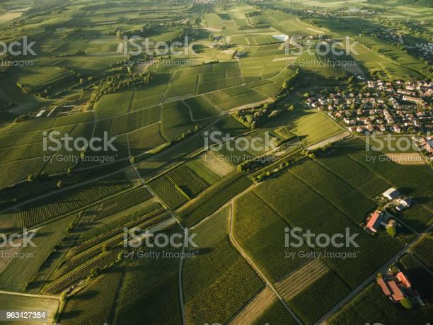 Widok Z Lotu Ptaka Na Wioskę Otoczoną Polami Uprawy Rolnej - zdjęcia stockowe i więcej obrazów Architektura