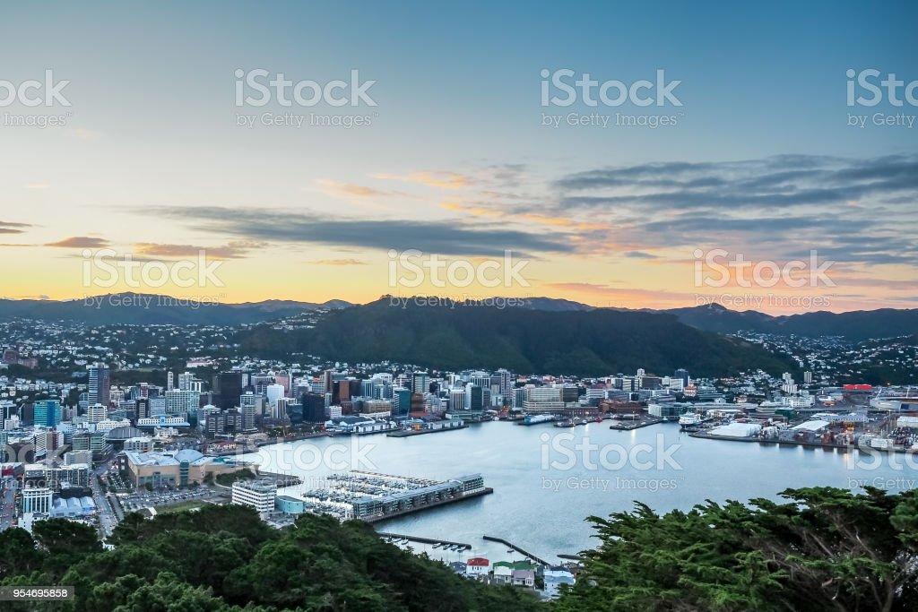 Luftaufnahme von Wellington City mit Sonnenuntergang von Mt Victoria - Neuseeland – Foto