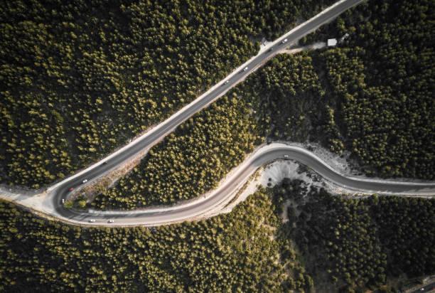 Luftaufnahme der kurvenreichen Straße im Wald. Mugla, Türkei – Foto