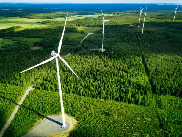 Luftaufnahme von Windmühlen im Sommerwald in Finnland. Windkraftanlagen für strom- und erneuerbare Energien – Foto