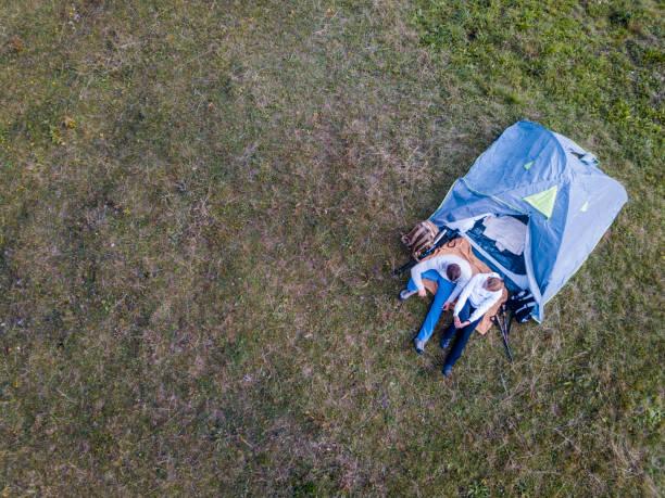 Luftaufnahme des jungen Paar Camping in den Bergen – Foto