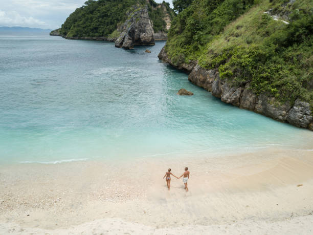Luftaufnahme des jungen Paares auf tropischen Strandurlaub genießen und die Natur, Reisen Menschen Exploration Konzept – Foto