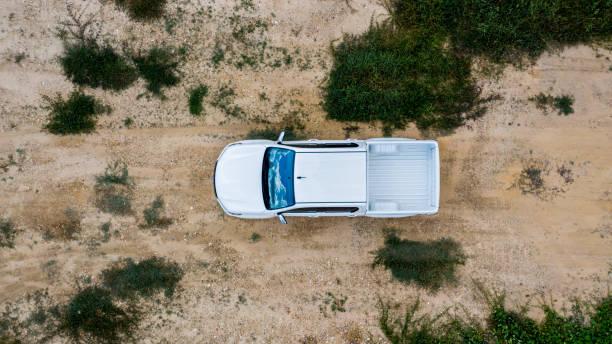 offroad-fahrzeug mit blick auf die luft, pkw allrad fährt im gelände. - aerial overview soil stock-fotos und bilder