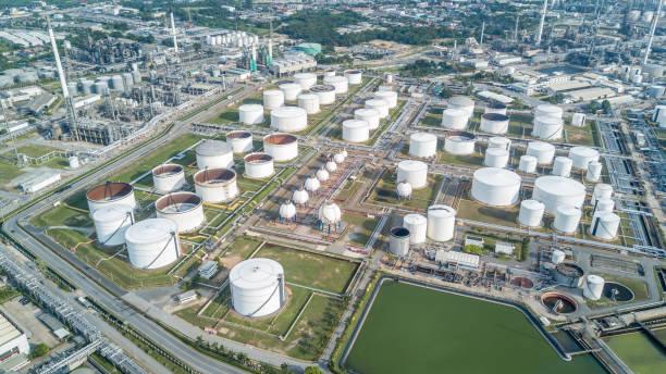 luchtfoto olieraffinaderij - brandstoftank stockfoto's en -beelden
