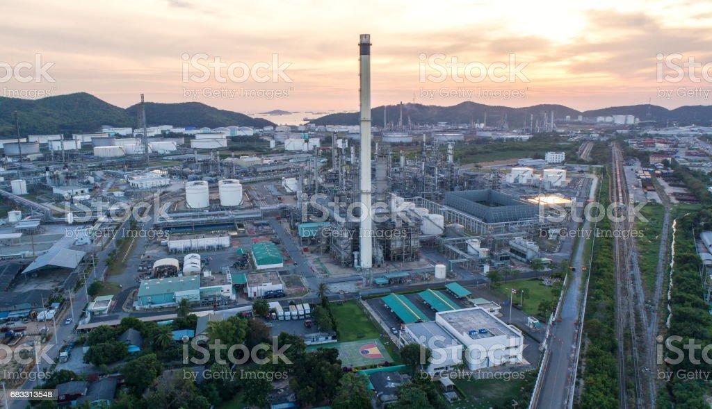 Flygfoto oljeraffinaderi med en bakgrund av berg och sky. Fabriken ligger mitt i naturen och inga utsläpp. Området runt luften ren. royaltyfri bildbanksbilder