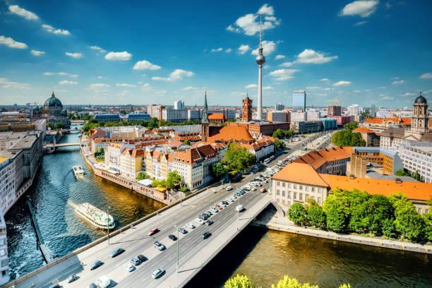 luftbild auf berlin mit fernsehturm und fluss - berlin mitte stock-fotos und bilder