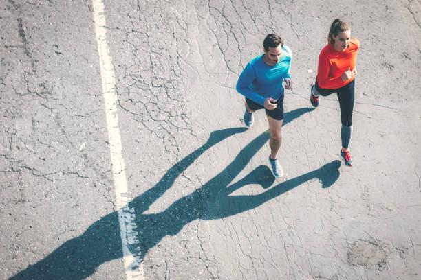 Luftbild auf paar laufen auf asphalt – Foto