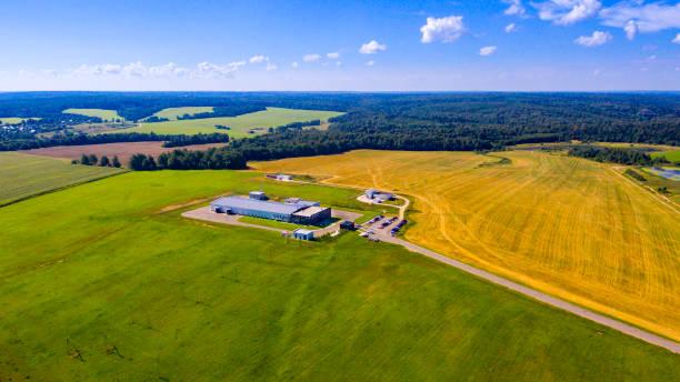 luftbild auf modernen landwirtschaftlichen gebäuden - flugzeugperspektive stock-fotos und bilder