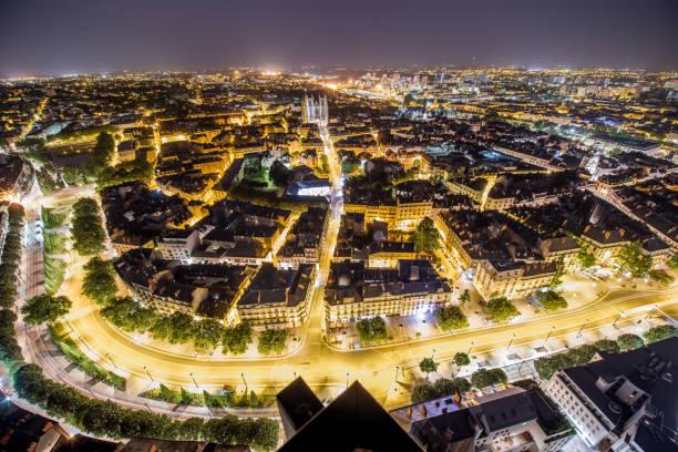 vue aérienne sur la ville de nantes en france - nantes photos et images de collection