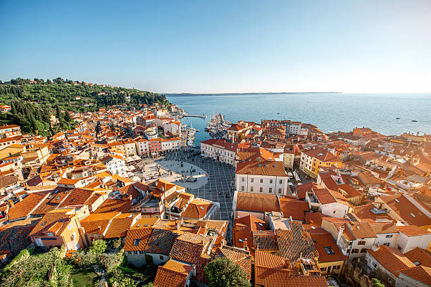 aerial view on piran town - eslovênia - fotografias e filmes do acervo