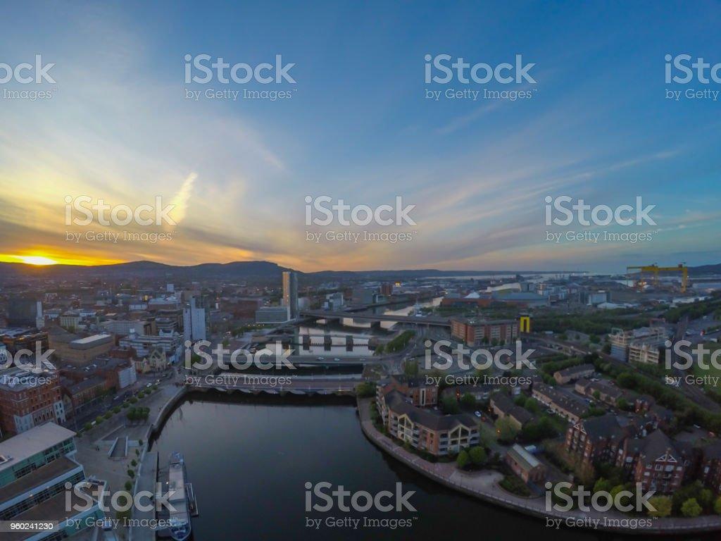 Blick auf Fluss und Gebäude in Belfast Nordirland. Sonnenuntergang über der Stadt – Foto