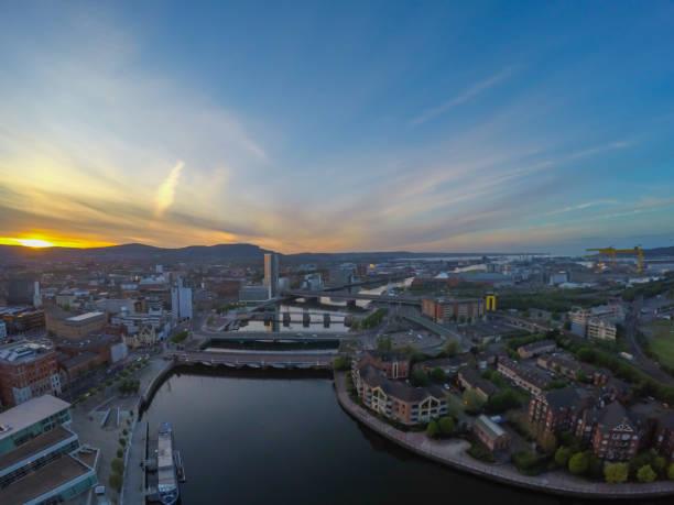 Vista aérea del río y los edificios en belfast Irlanda del norte. Puesta de sol sobre la ciudad - foto de stock
