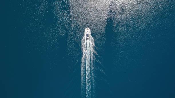 海とボートの空中写真。夏の時間の美しい自然景 - 小型船舶 ストックフォトと画像