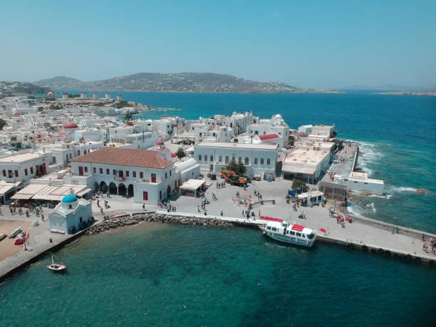 MYKONOS, GRIECHENLAND - 18. JUNI 2019: Luftaufnahme auf der Dorf- und Hafenseite bei Sonnenwetter – Foto