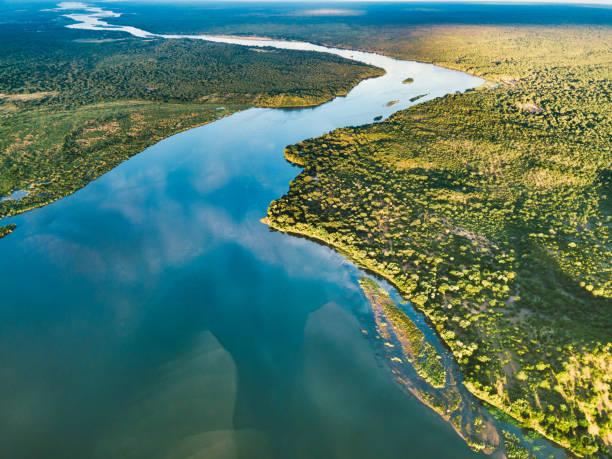 luftaufnahme auf den zambezi unter blauem himmel - fluss sambesi stock-fotos und bilder