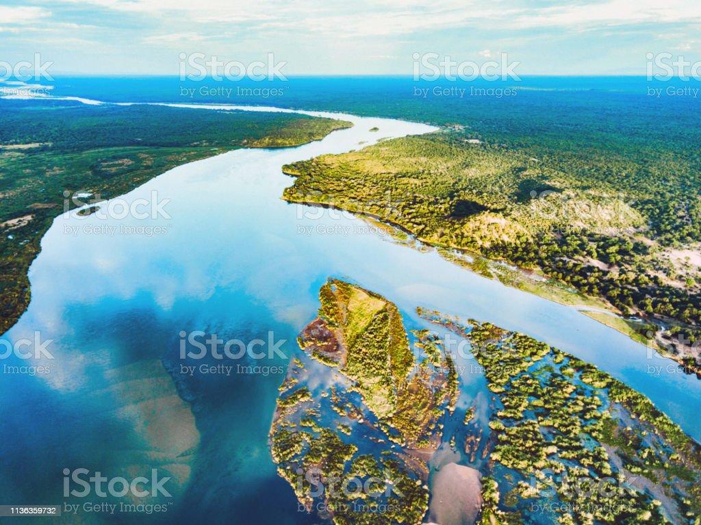 Luftaufnahme auf den Zambezi unter blauem Himmel - Lizenzfrei Afrika Stock-Foto