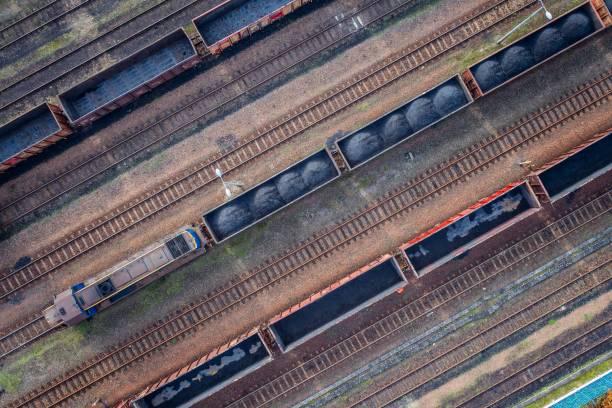 vue aérienne sur des wagons de charbon noir. - transport ferroviaire photos et images de collection