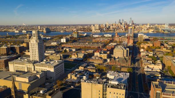 vue aérienne sur camden au new jersey philadelphie du centre visible - rivière delaware photos et images de collection