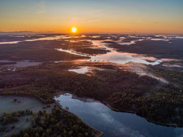 aerial view over foggy lake - szwecja zdjęcia i obrazy z banku zdjęć
