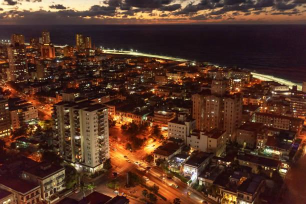 Luftaufnahme über Havanna Malecon Bezirk nach Sonnenuntergang – Foto