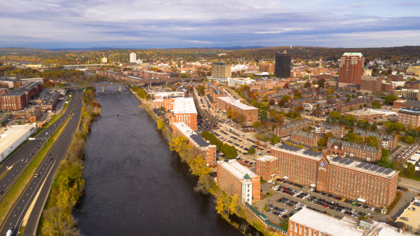 luchtfoto uitzicht over manchester new hampshire merrimack river - new hampshire stockfoto's en -beelden