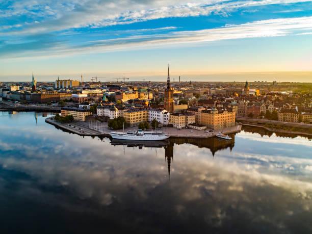 vista aérea sobre riddarholmen em estocolmo - sol nascente horizonte drone cidade - fotografias e filmes do acervo