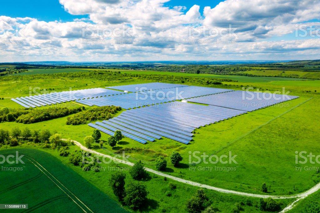 Luftaufnahme über Solarzellen Energiebetrieb-Betrieb in der Landschaft - Lizenzfrei Agrarbetrieb Stock-Foto