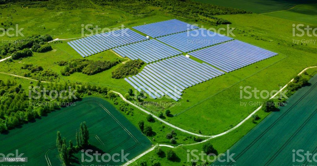 Luftaufnahme über Solarzellen-Energiefarm in Landschaft - Lizenzfrei Agrarbetrieb Stock-Foto