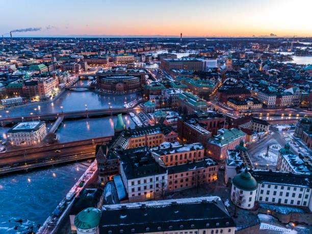 vista aérea sobre stockholm - sol nascente horizonte drone cidade - fotografias e filmes do acervo