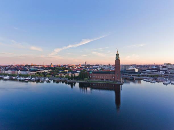 vista aérea da prefeitura sobre estocolmo - sol nascente horizonte drone cidade - fotografias e filmes do acervo