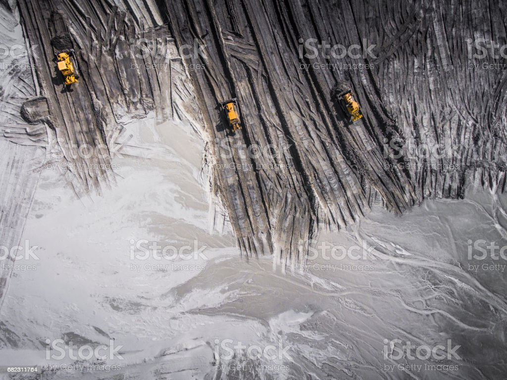Luftaufnahme über die Baustoffe, die Verarbeitung Fabrik. Sandbergwerk. Ansicht von oben. – Foto