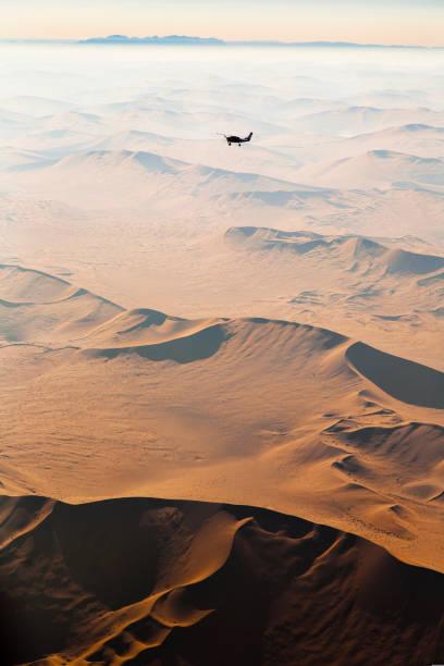 luftaufnahme über die namib wüste, sossusvlei dünen, namibia, afrika - namib wüste stock-fotos und bilder