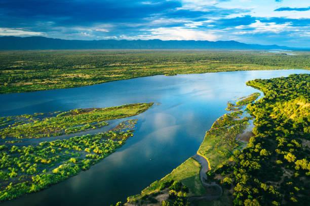 luftaufnahme über den fluss zambezi, sambia - fluss sambesi stock-fotos und bilder