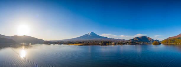 Luftbild-Panorama des Fuji in der Stadt am Kawaguchiko See, Yamanashi, Japan. – Foto