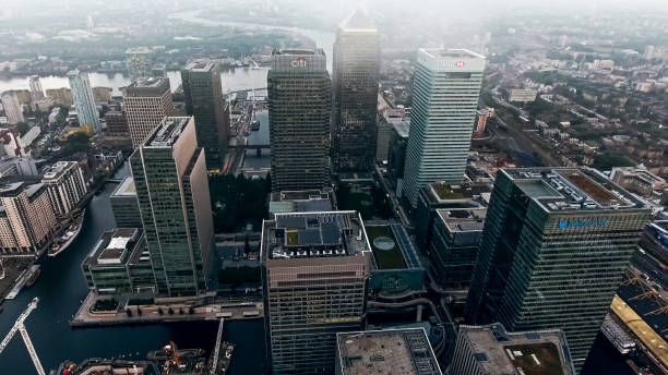 luftbild-foto von london city financial district und wolkenkratzer - canary wharf stock-fotos und bilder