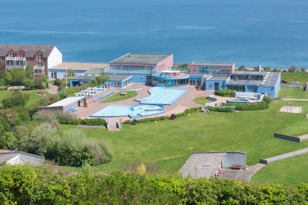luftbild-schwimmbad deutschen insel helgoland in der nordsee - nordsee urlaub hotel stock-fotos und bilder