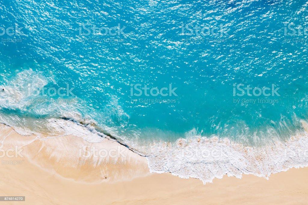 Vista aérea de playa tropical de arena y mar azul - foto de stock
