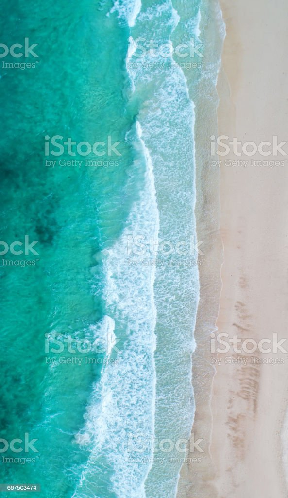 Aerial view. Top view.amazing nature background.The color of the water and beautifully bright.Azure beach with rocky mountains and clear water of Thailand ocean at sunny day. foto stock royalty-free