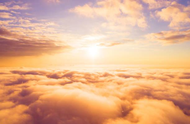 Luftbild Weiße Wolken am blauen Himmel. Ansicht von oben. Blick von drohne. Luftbild aus der Vogelperspektive. Luftbild-Ansicht Wolkenlandschaft. Textur der Wolken. Blick von oben. Sonnenaufgang oder Sonnenuntergang über Wolken – Foto
