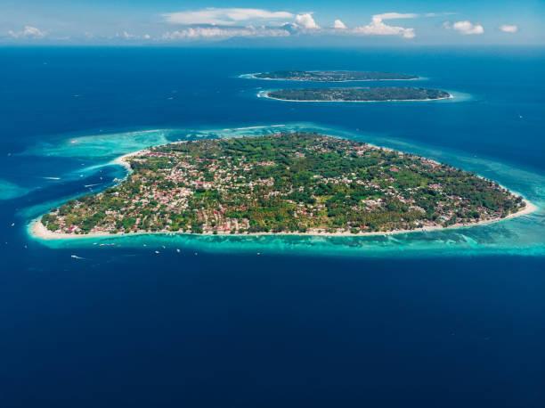 Luftaufnahme mit Gili-Inseln und blauem Ozean. Gili Air, Meno und Trawangan. – Foto
